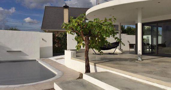 gevlinderde betonnen terras met zwembad