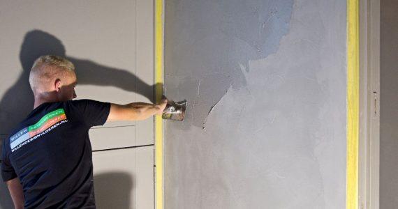 betonlook muur stucen, gestucte betonlookmuur