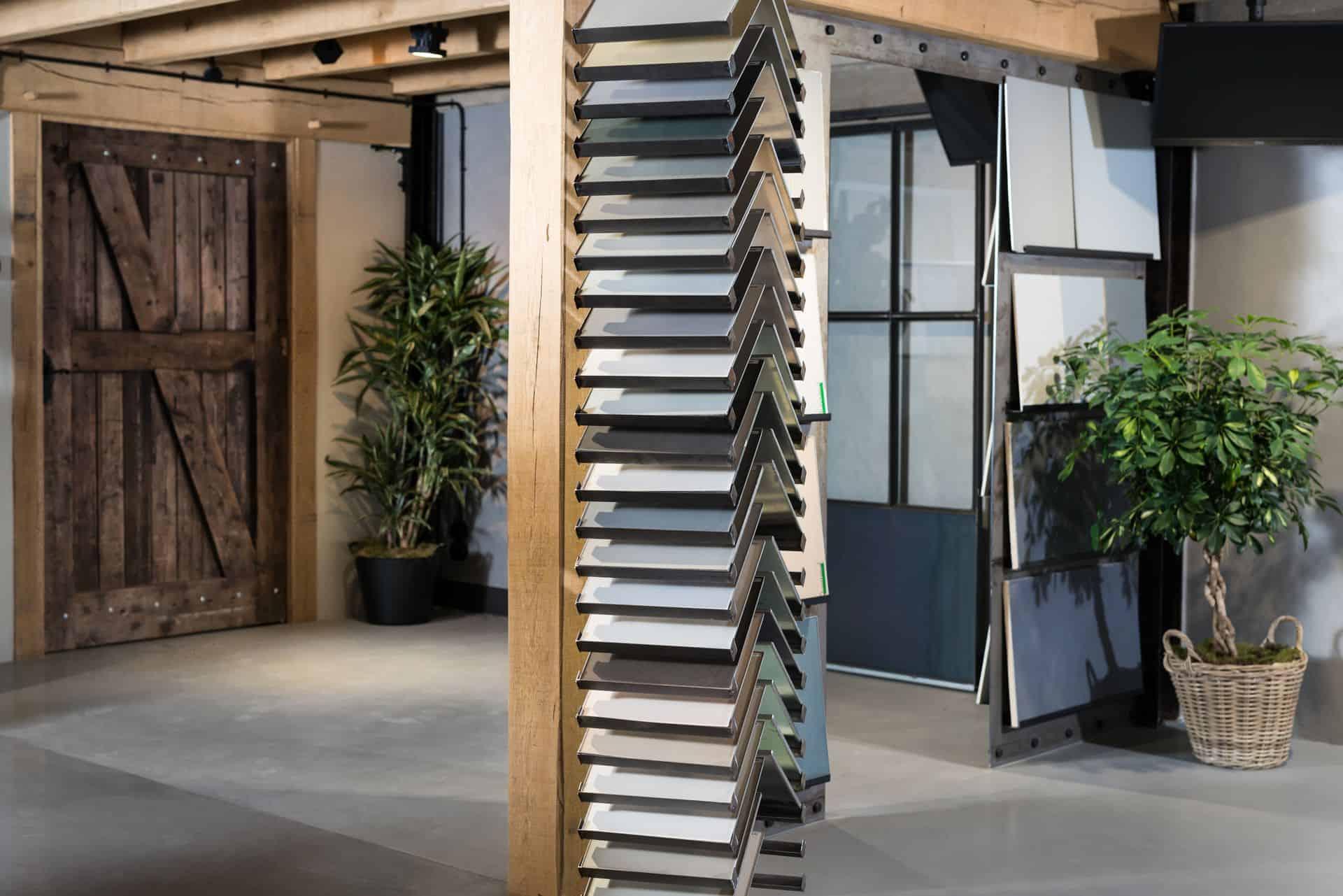showroom betonlook vloeren, cementgebonden gietvloer, beton ciré vloer