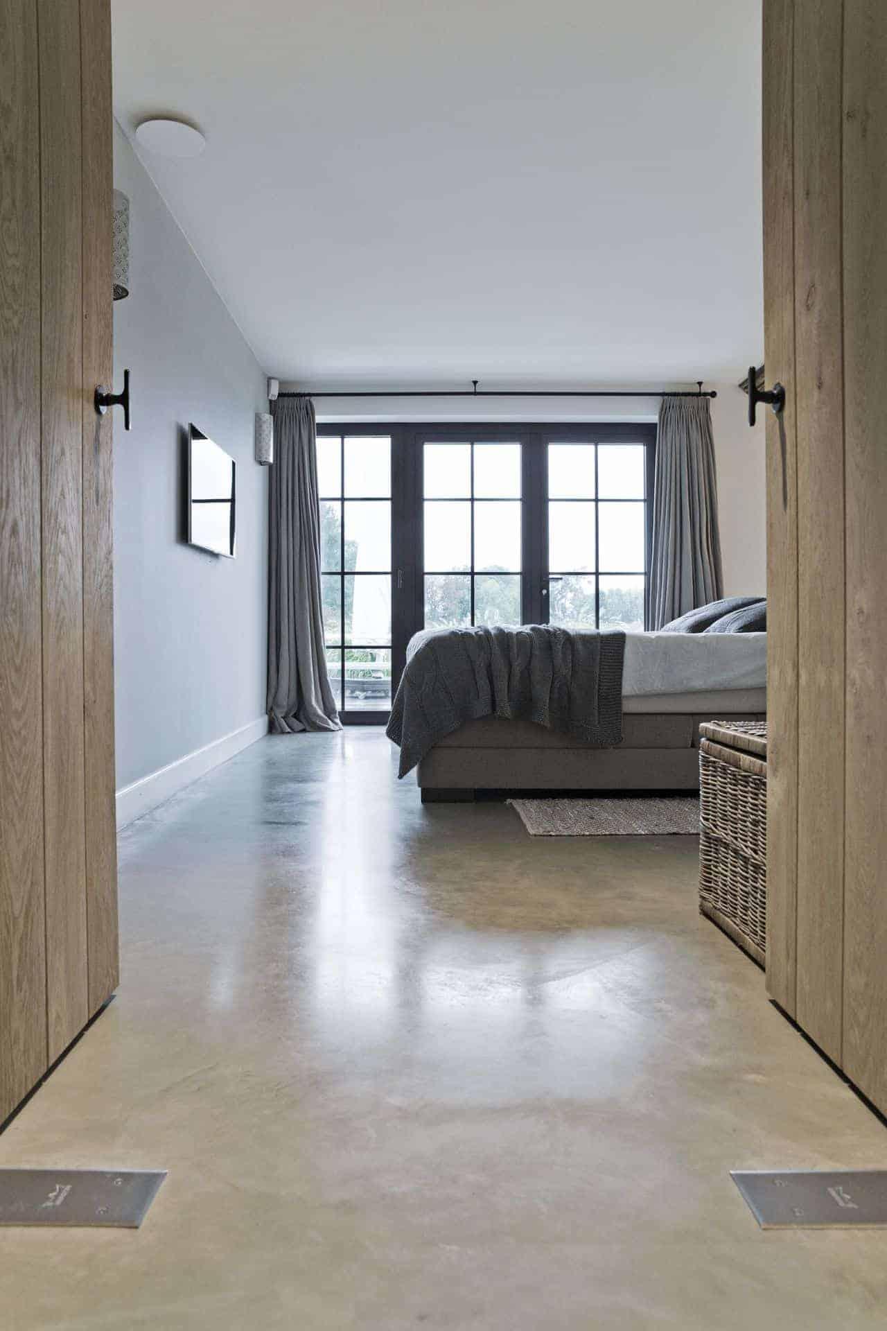 slaapkamer met betonvloer
