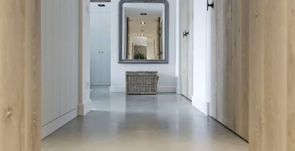 gepolierde beton, design betonvloer, betonvloer op kleur, gekleurde gevlinderde betonvloer