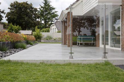 Gevlinderd betonnen terras in Bunschoten