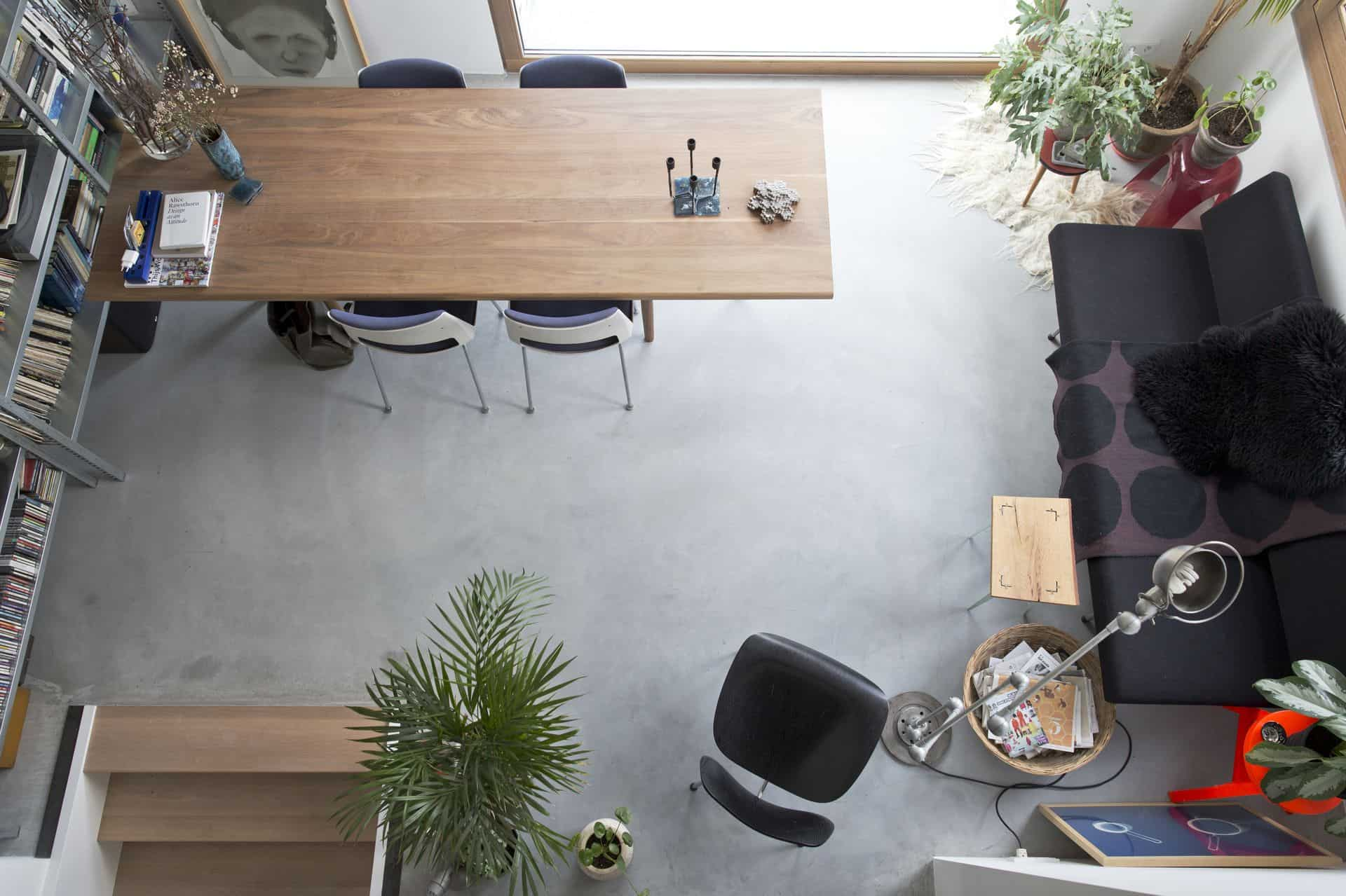 woonbeton in woning in kamer, betonnen vloer in het interieur