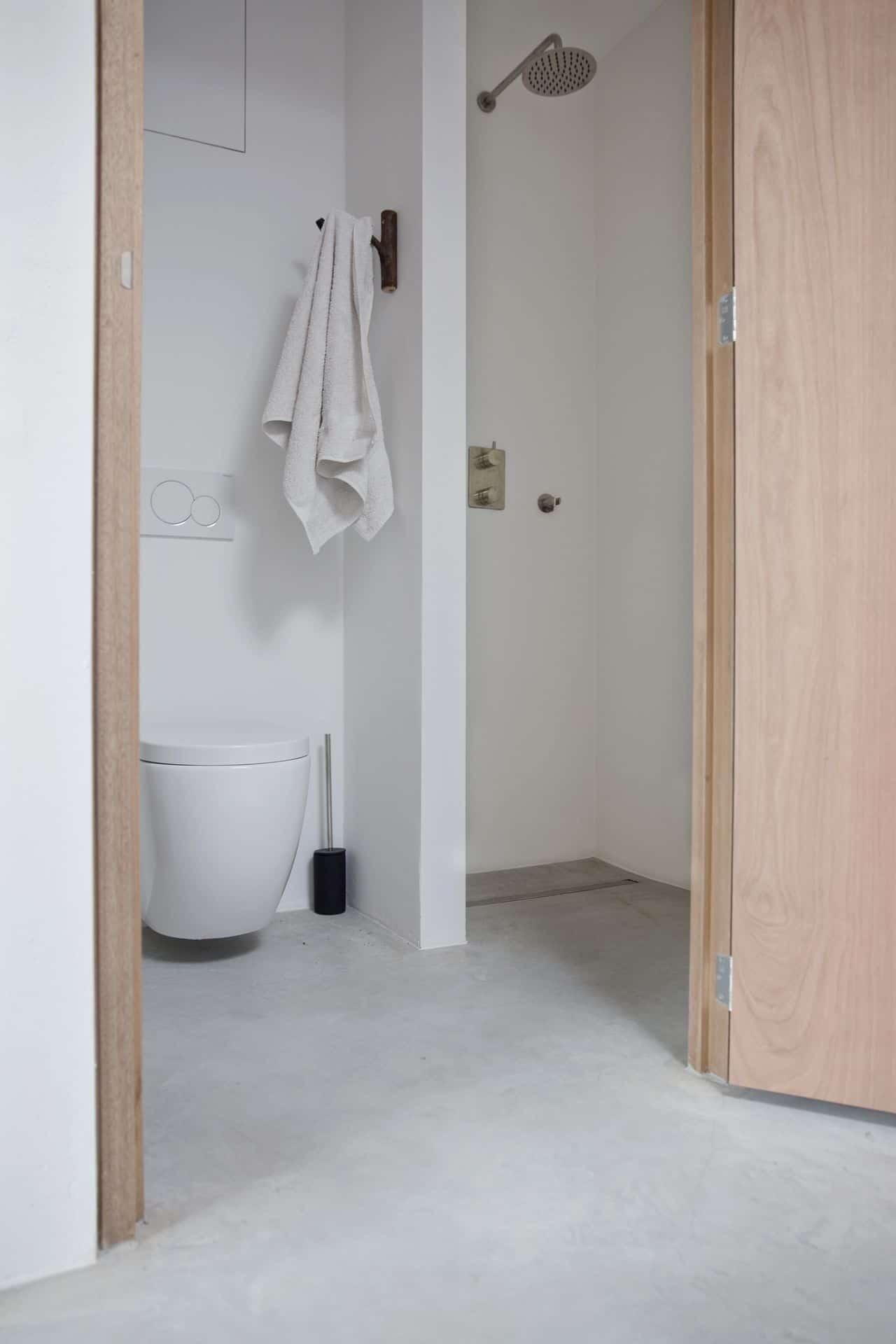 betonvloer in het toilet