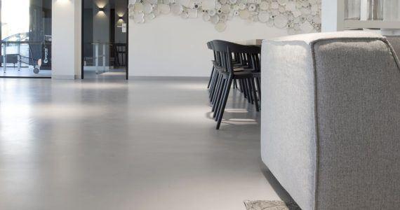betonlook vloer in personeelskantine