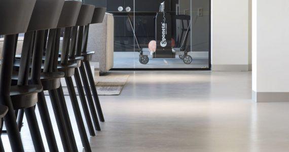 Betonlook vloer in bedrijfspand