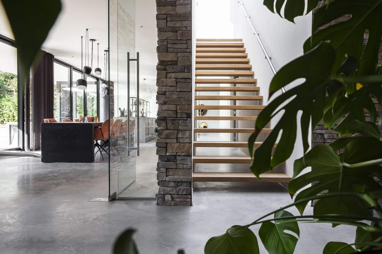 betonvloer storten en vlinderen, betonvloer impregneren, vloerinspiratie, grijze vloer, grijze betonvloer, betonnen designvloer, woonbeton