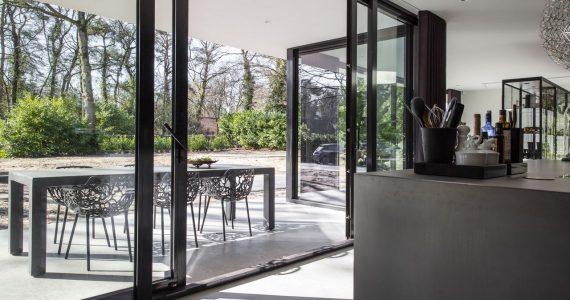 betonvloer van binnen naar buiten, woonbeton van binnen naar buiten, beton binnen en buiten
