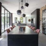 alternatief gietvloer, eethoek, eettafel, zwarte keuken, keukeninspiratie, gevlinderde betonvloer, steensmuur