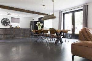 Betonvloer in een industrieel interieur