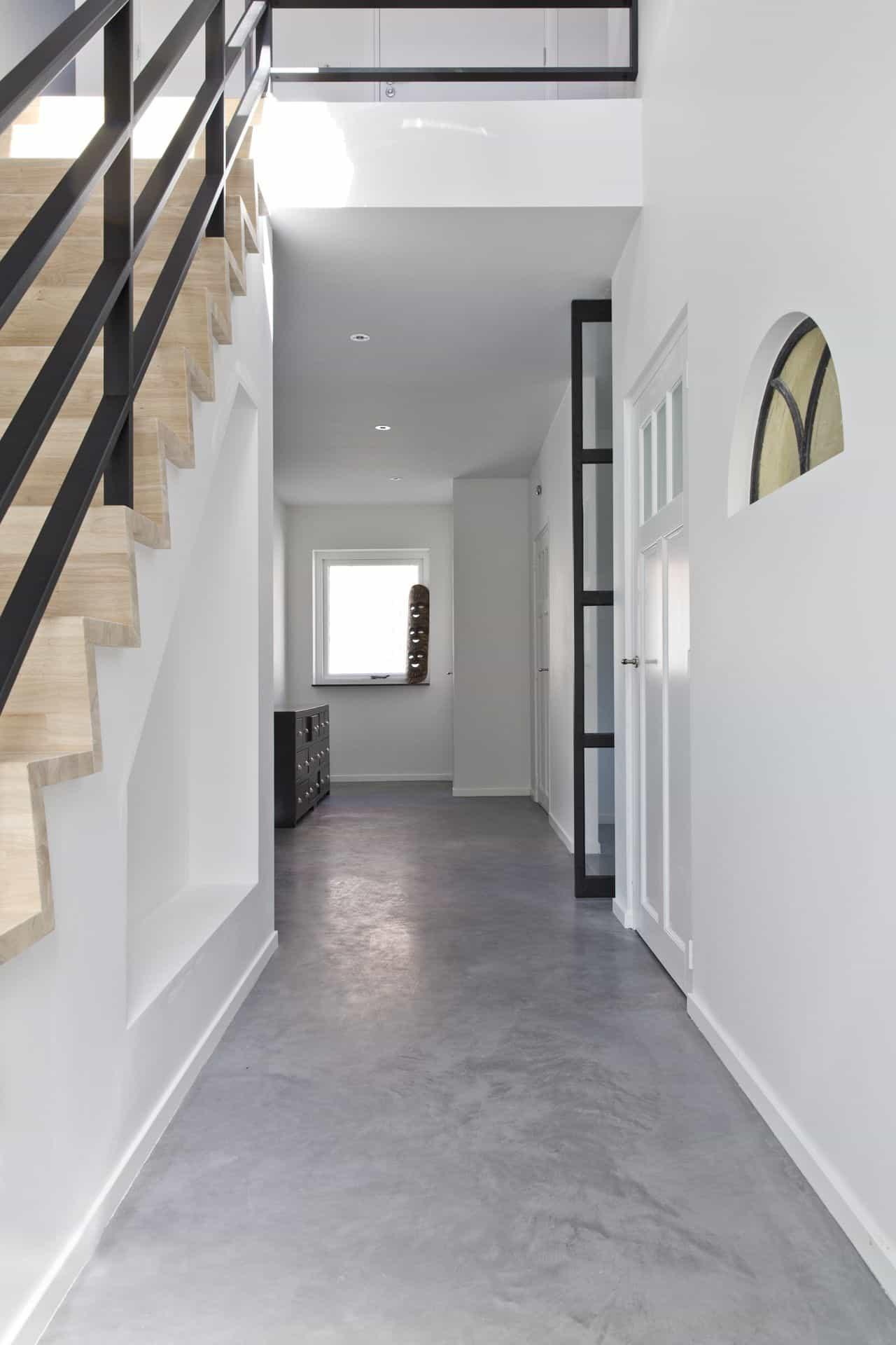 betonvloer in hal, hal met betonvloer, betonvloer in de hal, woonbeton in gang, gevlinderde betonvloer in hal
