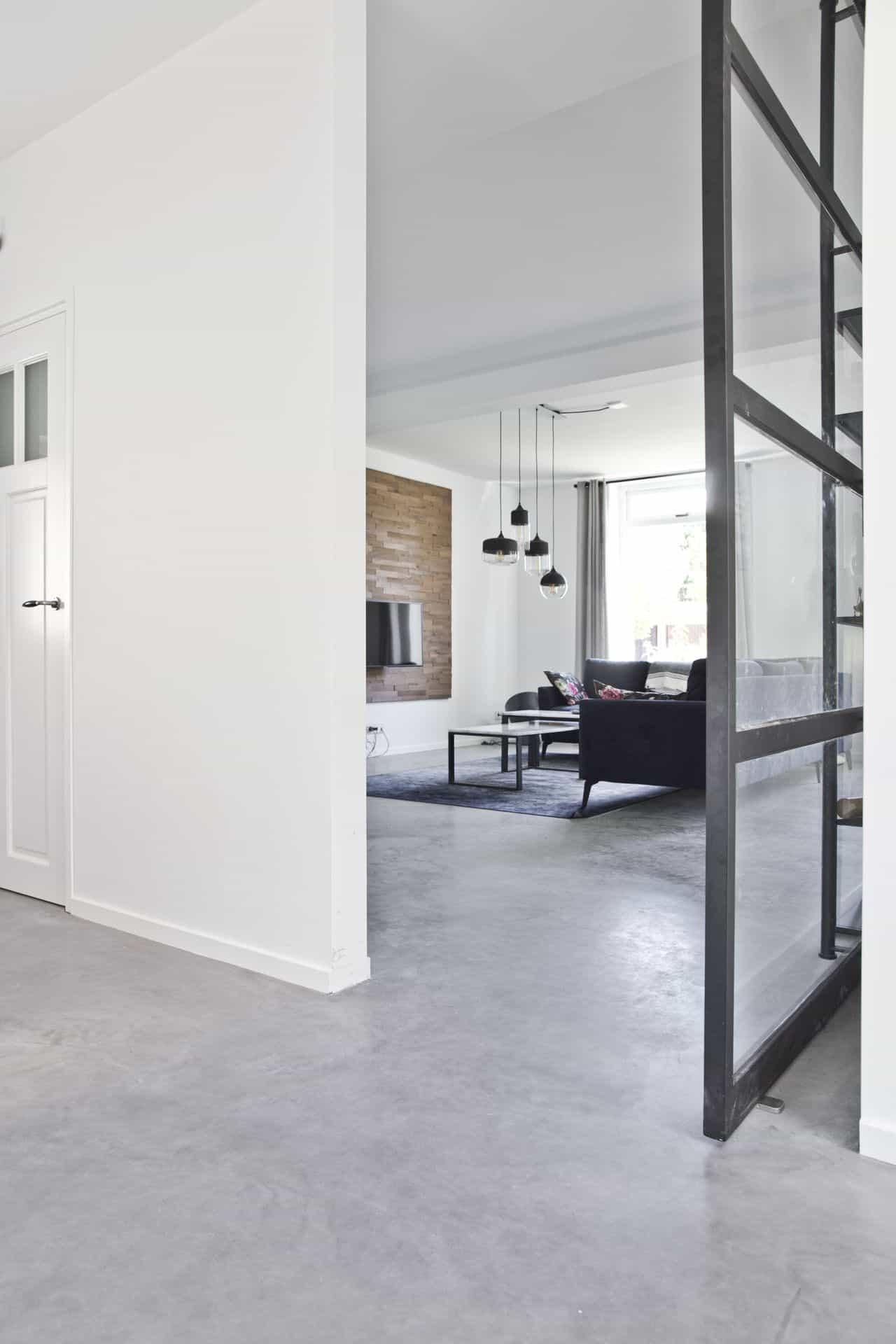 Middengrijze betonvloer, betonvloer midden-grijs middengrijs beton, woonkamer met middengrijze betonvloer, gevlinderd beton