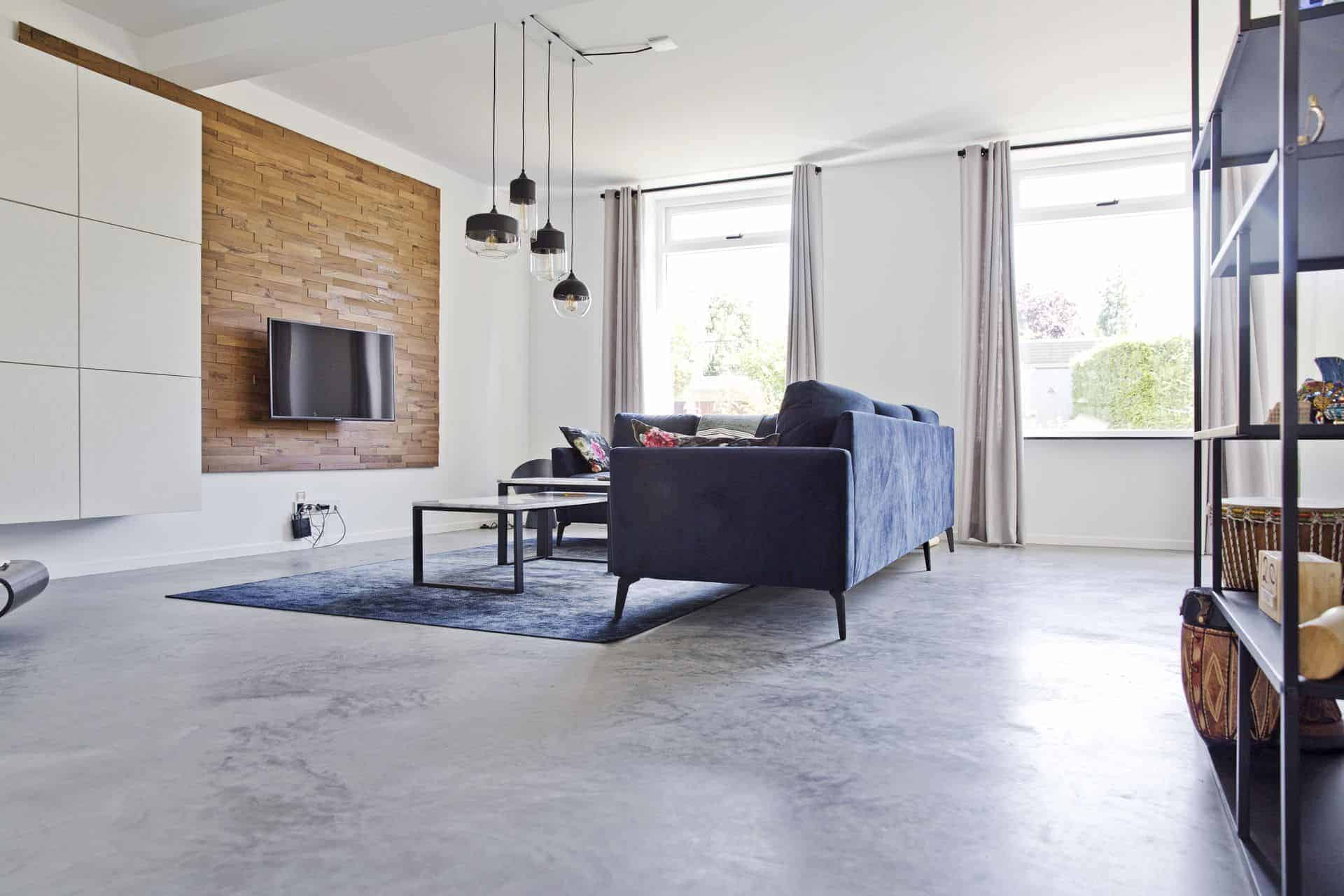 Gevlinderde betonvloer in de woonkamer, huiskamer met beton, beton in woonhuis, beton in huis, beton in woning, beton afbeeldingen