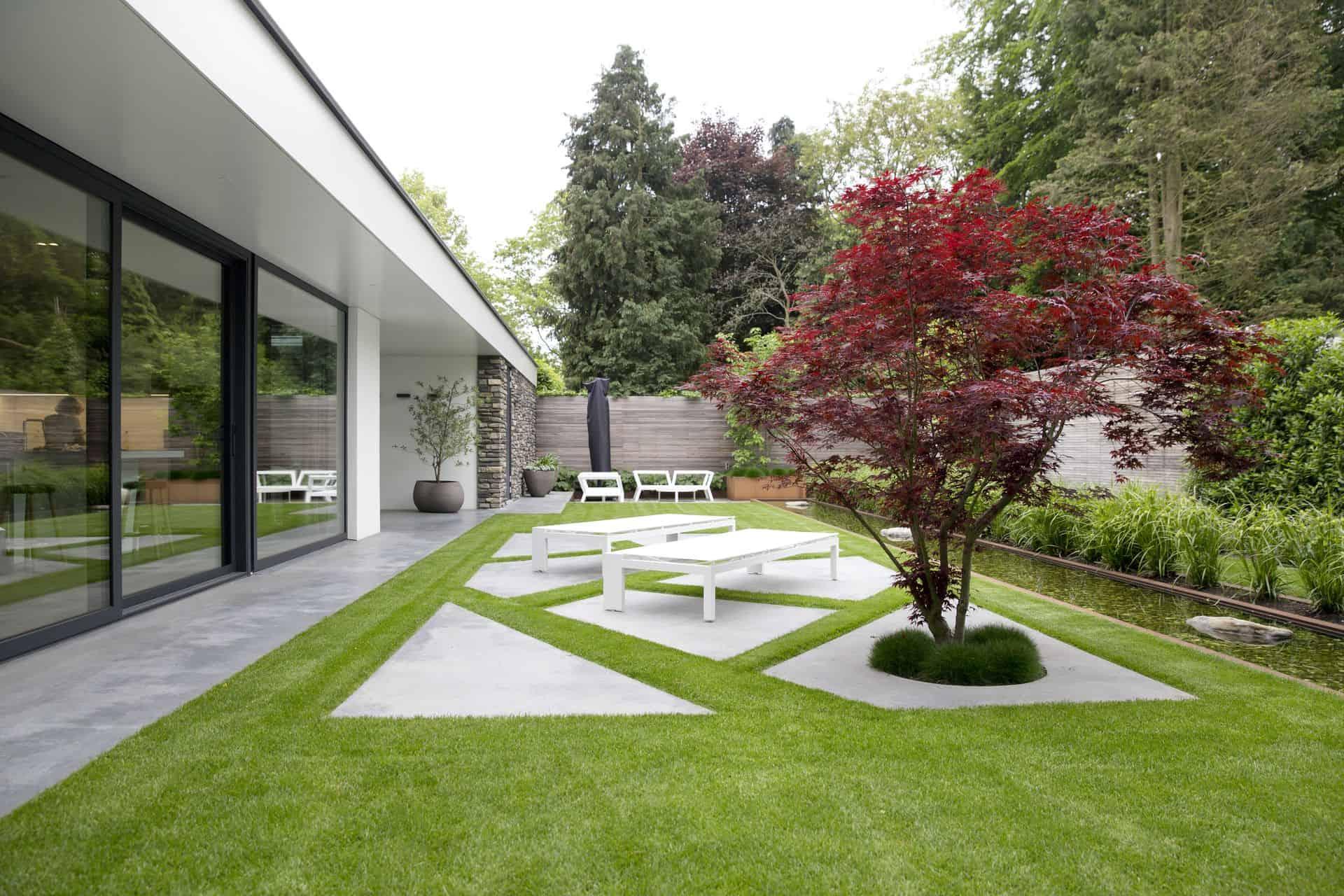 betonnen terras in achtertuin