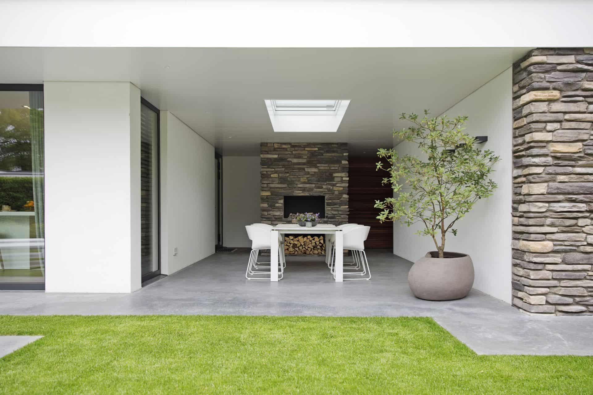 betonnen terras onder overkapping
