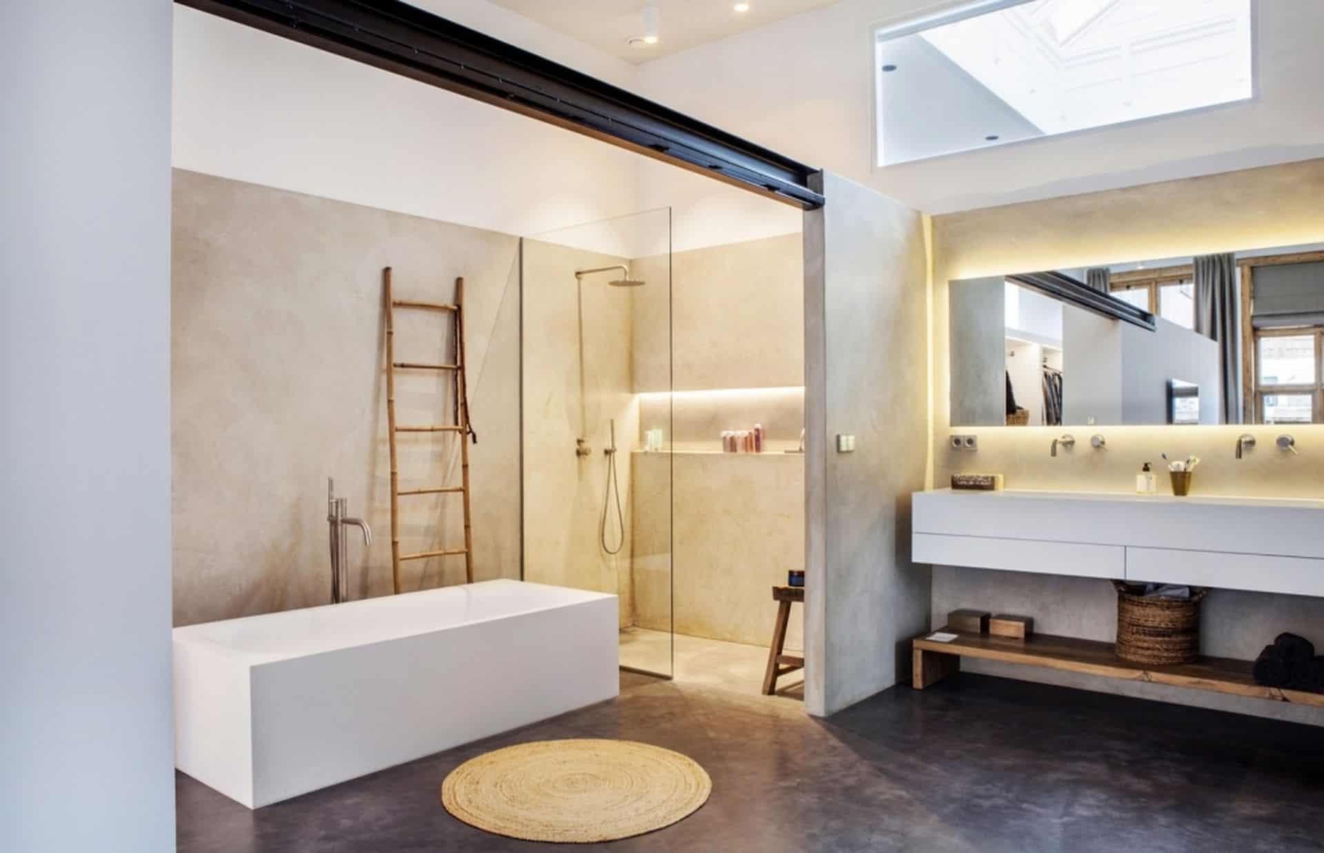 betonvloer in omgebouwde school, badkamer