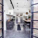 gepolierde beton onderhoud, betonvloer in woning met openslaande deuren