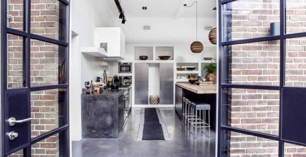 betonvloer laten storten, gepolierde beton onderhoud, betonvloer in woning met openslaande deuren