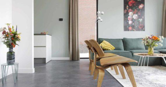 Gevlinderde betonvloer in interieur, gevlinderd beton,