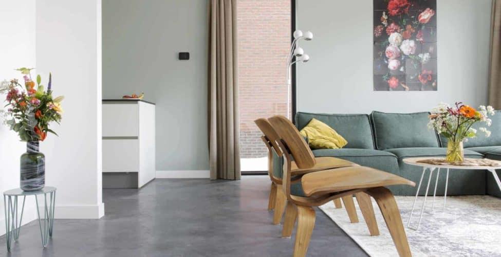 design betonvloer, gevlinderde betonvloer in interieur, gevlinderd beton,
