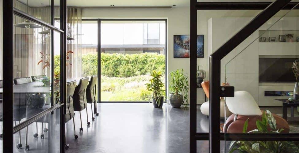 beton schoonmaken, Gevlinderde woonbeton vloer in Eindhoven