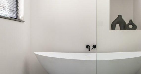 badkamer, betonvloer badkamer, vrijstaand bad, woonbeton badkamer