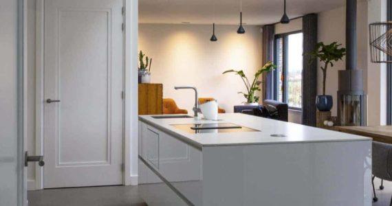 betonlook gietvloer in de woonkamer, eetkamer met betonlook