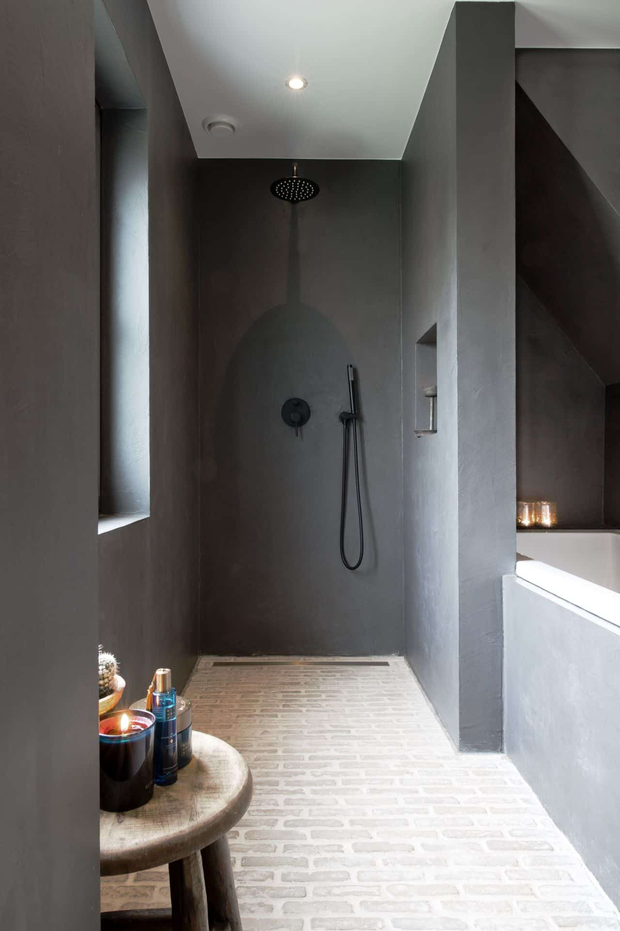 badkamer met betonlook muur, betonlook muren