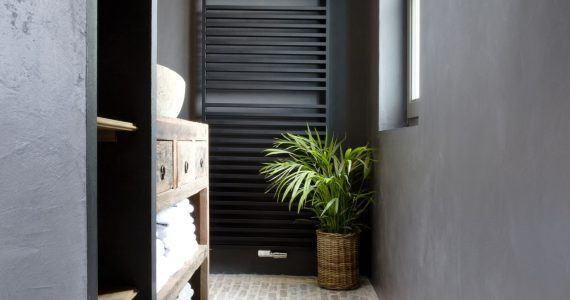 betonnen ciré muren in badkamer, betonlook muren