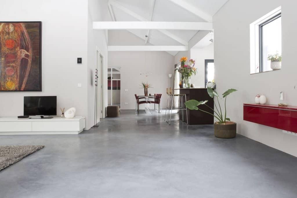 betonvloer plinten, gevlinderde betonvloer, woonbeton in de woonkamer,