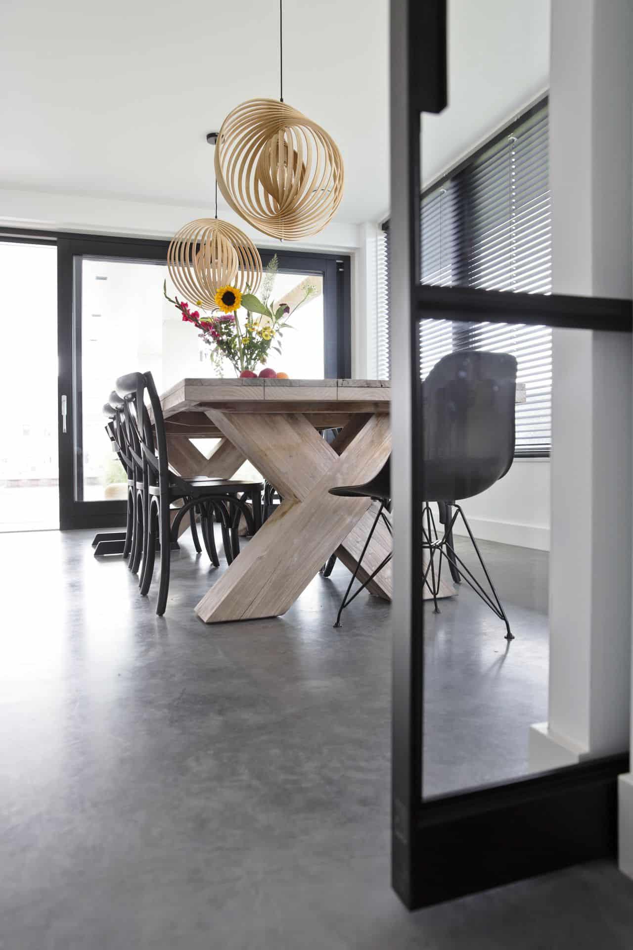 betonvloer schoonmaken, gevlinderd beton in eetgedeelte, woonbeton in eetgedeelte, eetgedeelte met betonvloer