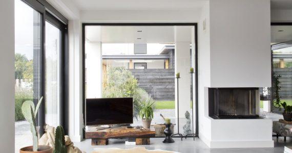 gevlinderde woonbeton vloer in woonkamer, woonkamer met gevlinderde woonbeton vloer, vloer in de woonkamer van beton