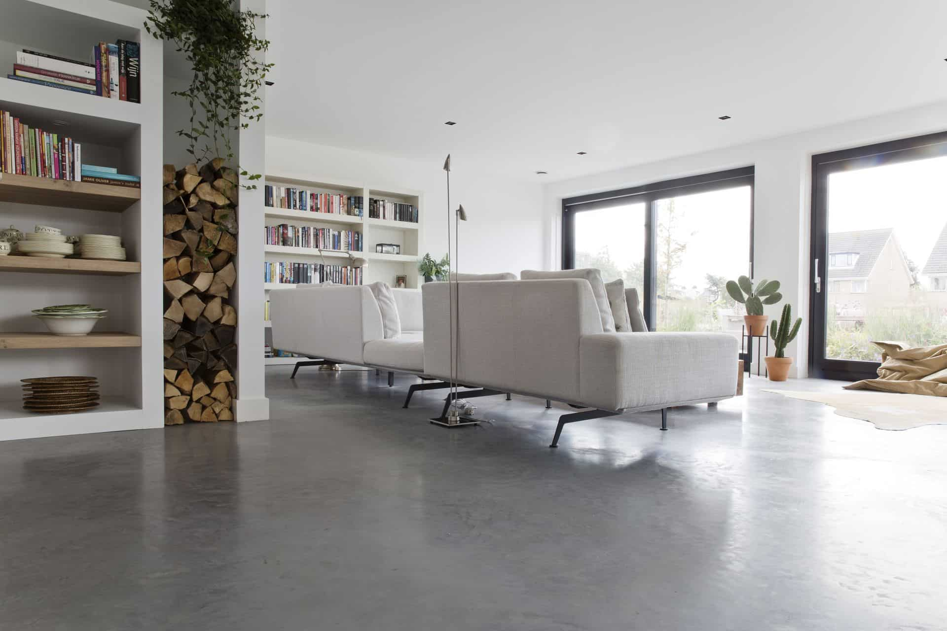 gevlinderde betonvloer, woonbeton in woonkamer, woonkamer met beton, betonvloer in de woonkamer