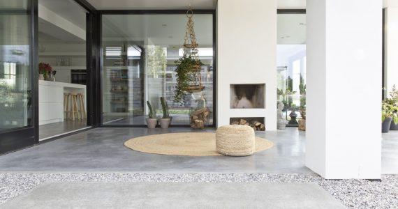Vloer van beton, gevlinderde vloer van beton, beton buiten onder afdak, beton terras