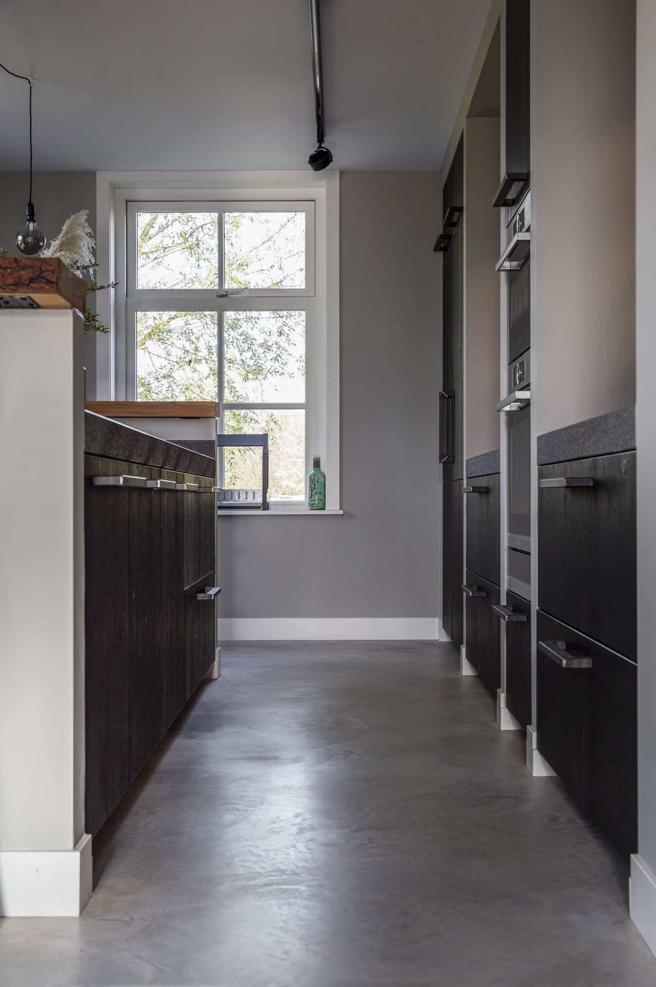 betonvloer keuken, zwarte keuken met beton