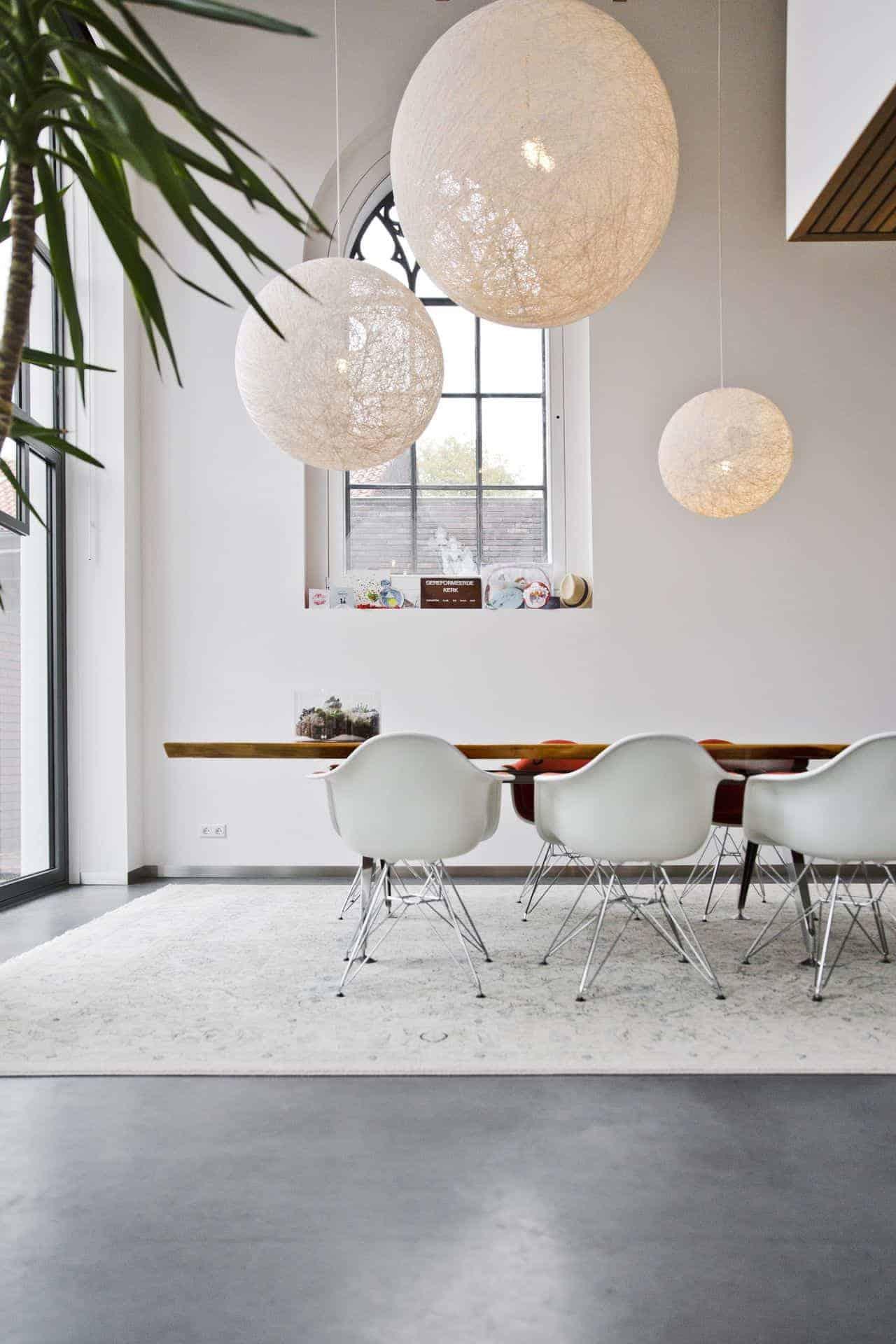 keuken met designvloer, zwarte keuken met betonvloer, donkergrijze betonvloer, middengrijze betonvloer, basisgrijze betonvloer