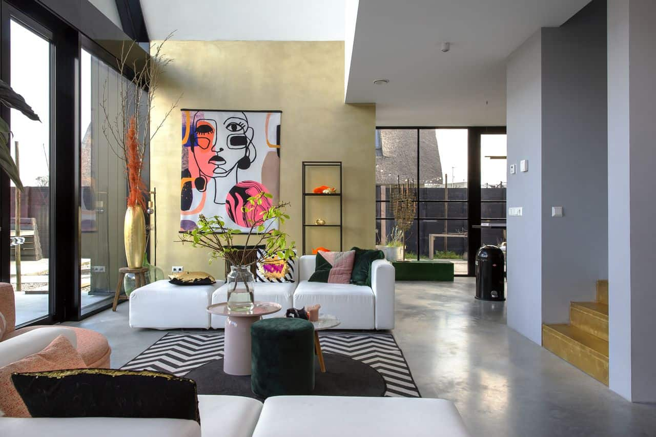 gevlinderde woonbeton vloer met kleurrijk interieur