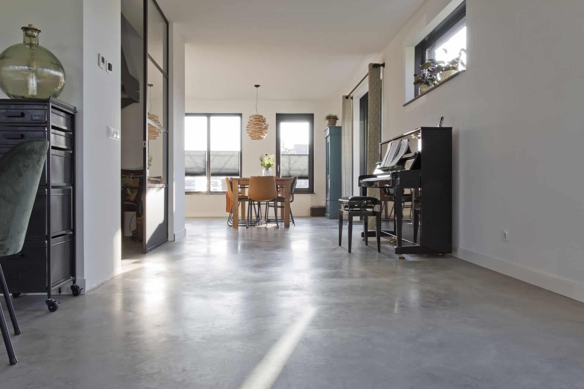 woning met gerealiseerde woonbeton vloer, betonnen vloer gevlinderd in woning