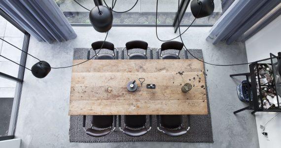 Gevlinderde woonbetonvloer in huizen, woonbeton in huis, eetkamer met woonbeton, gevlinderd betonvloer in eetkamer