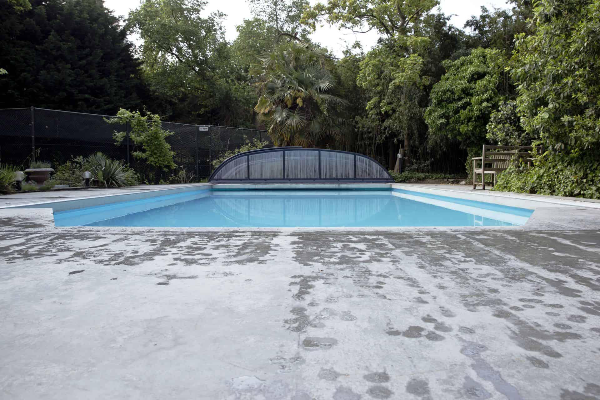 beton terras bij zwembad