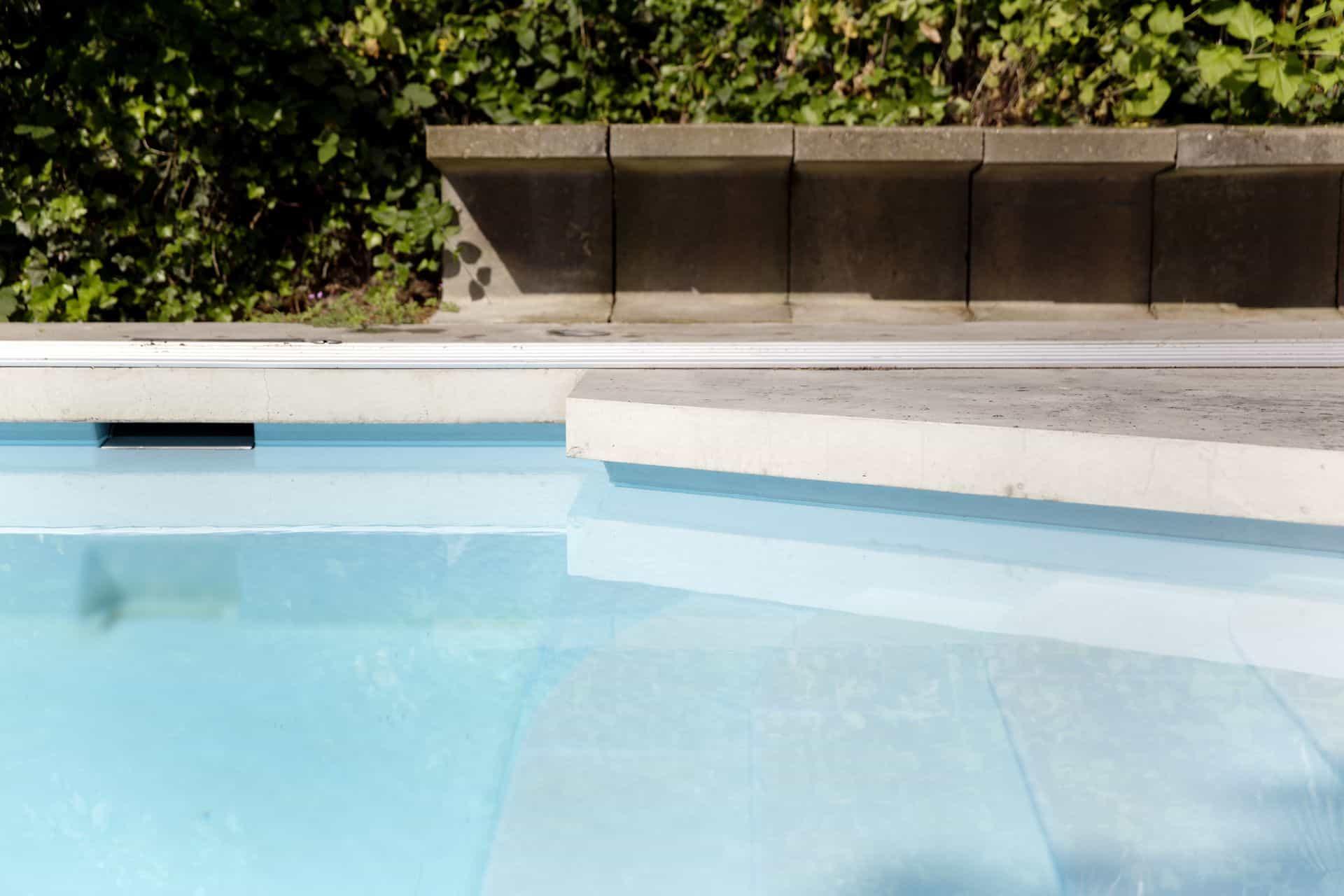 betonnen rand bij het zwembad