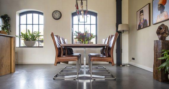 gevlinderde woonbeton vloer, betonvloer eetkamer