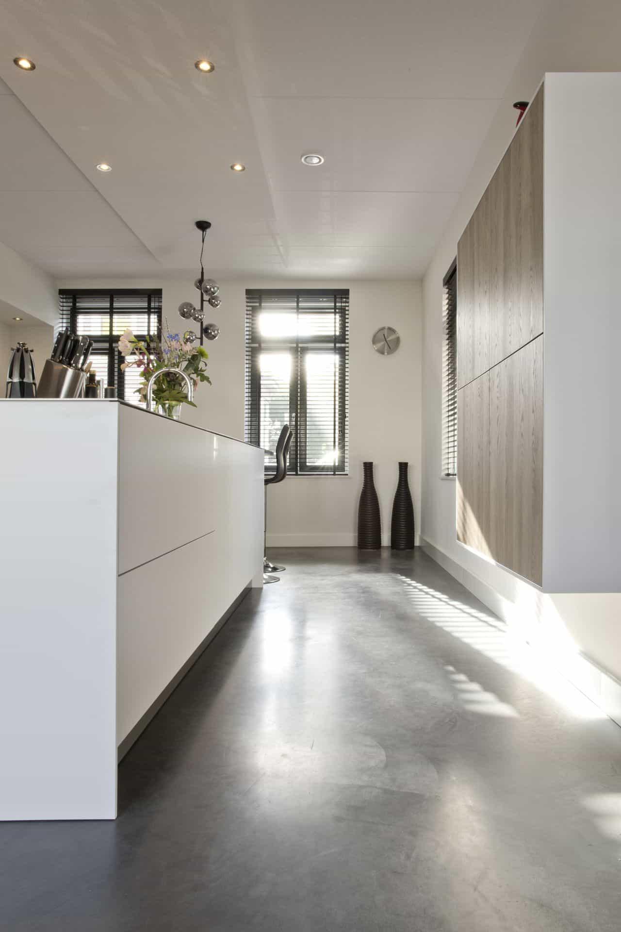 Betonvloer in witte keuken
