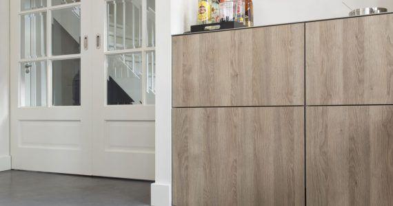 gevlinderde betonvloer met witte muren en deuren