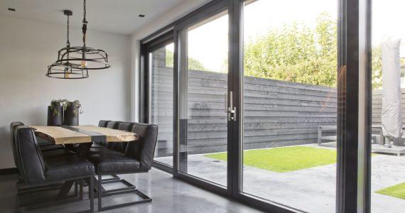 Schuifpui met betonvloer, doorlopend beton, terras en betonvloer