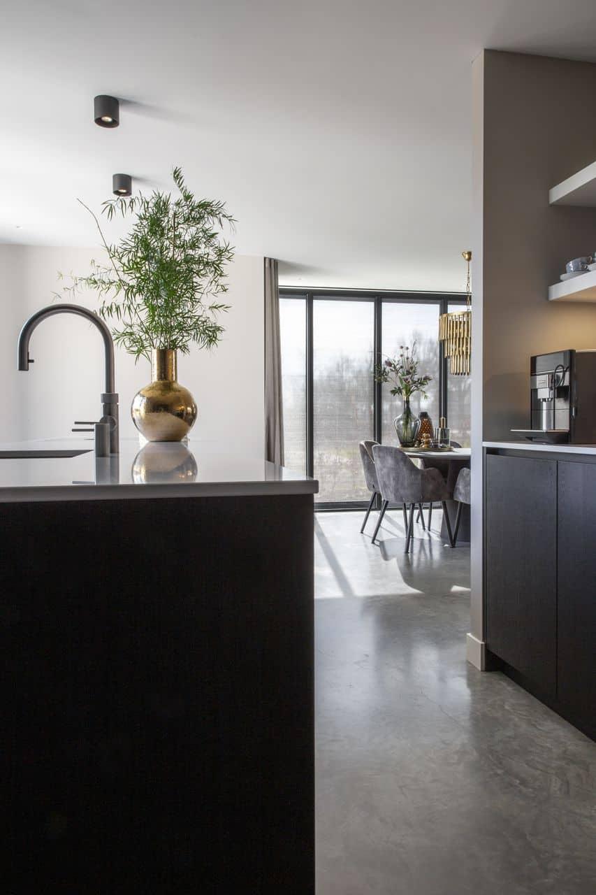 keuken, zwarte keuken, keukeninspiratie, zwarte keuken met betonvloer, betonvloer zwarte keuken
