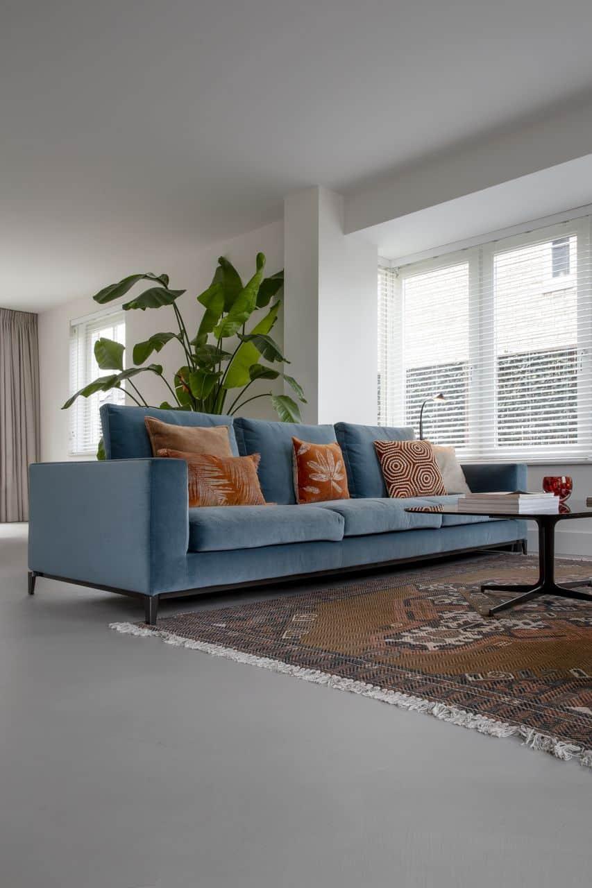beton cire, blauwe bank, blue sofa, woonkamer beton ciré, woonkamer beton cire