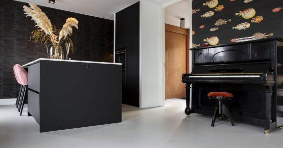 beton ciré aanbrengen, zwarte keuken, keuken zwart, zwarte keuken met betonlook, betonlook keuken, keukeninspiratie