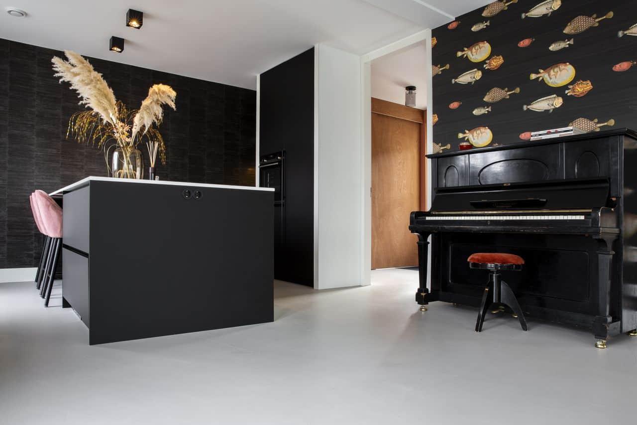 beton ciré over tegels, beton ciré aanbrengen, zwarte keuken, keuken zwart, zwarte keuken met betonlook, betonlook keuken, keukeninspiratie