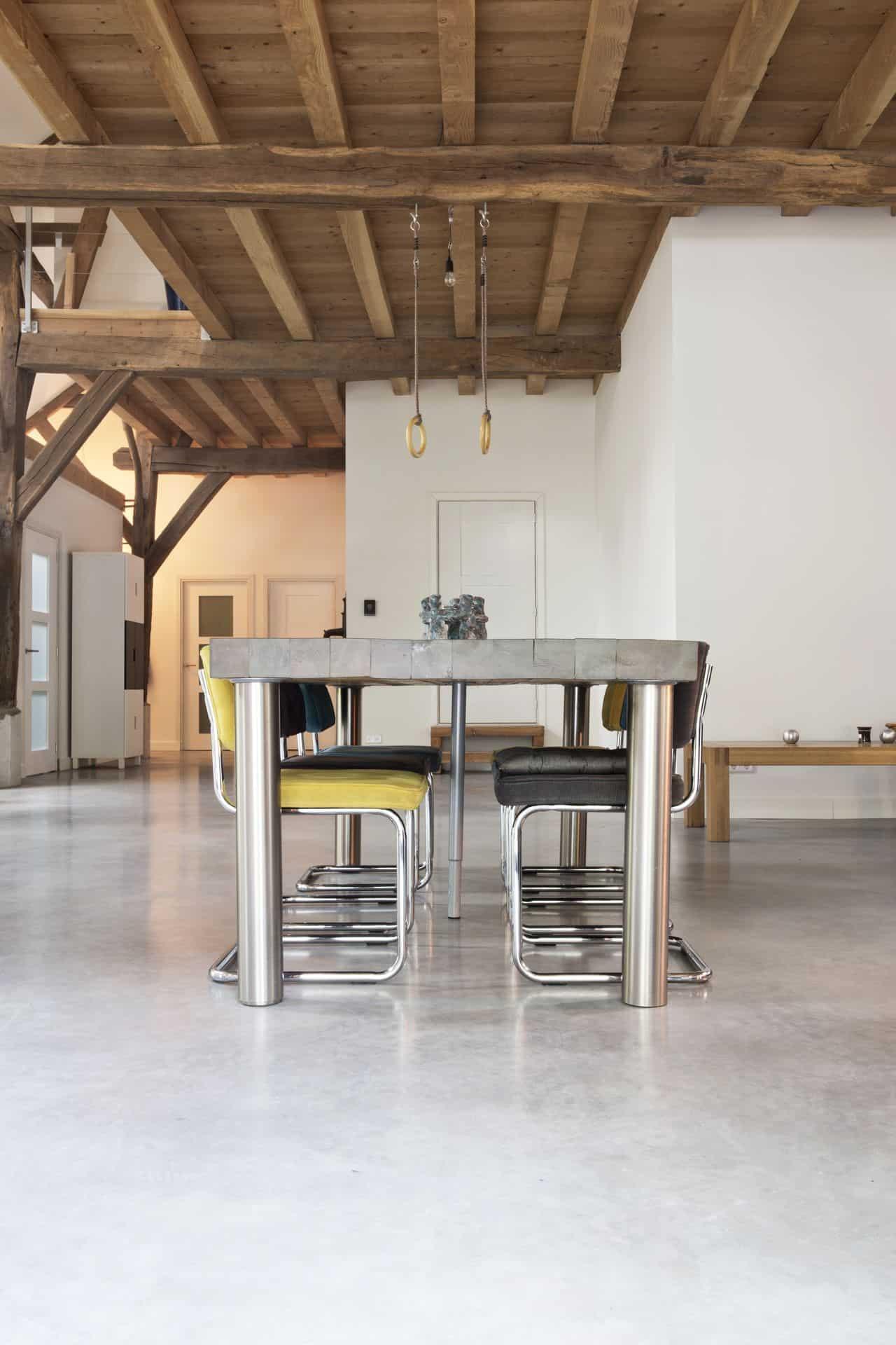 gevlinderde woonbeton vloer in keuken, beton in woonkeuken